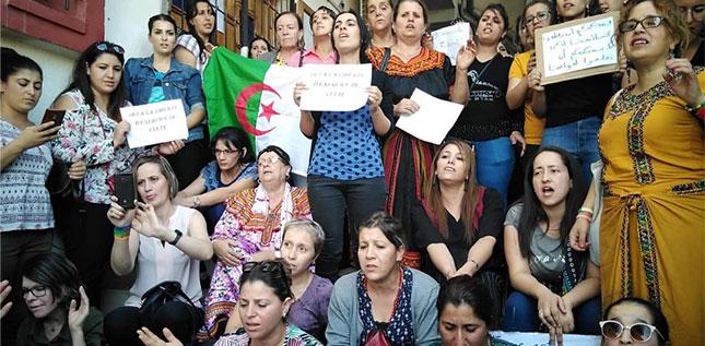 Algerie femmes manifestant contre fermeture des eglises